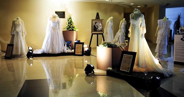 Exposicion de El Matrimonio Civil a Traves del Tiempo con vestidos de novia, actas de matrimonio, articulos personales, fotografias, musica y pasarela. Evento organizado por el Registro Civil y el DIF.