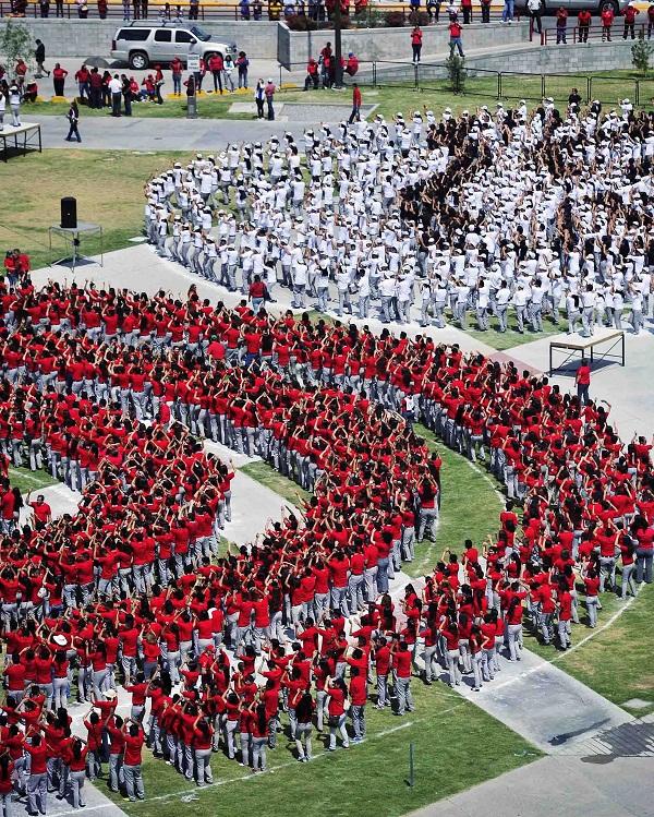 Autoridades, Alumnado y Docentes de los planteles del COBACH en ciudad Juarez disfrutaron de las formaciones y evoluciones humanas en La Plaza de la Mexicanidad. El Gobernador del Estado encabezo los festejos de esta institucion.
