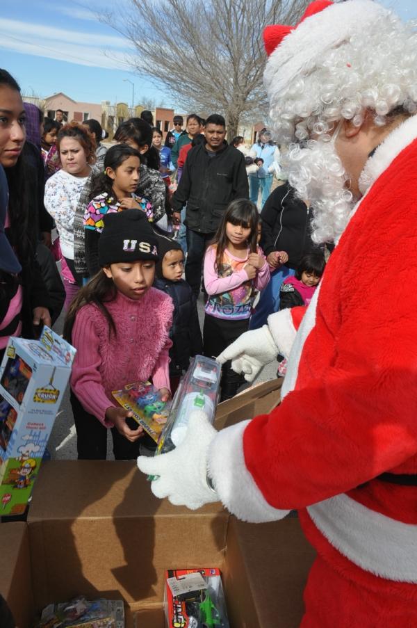 2014-12-26-sspm-entrega-juguetes (2)