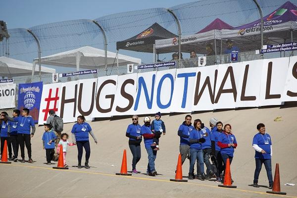 2017-01-28-hugs-not-walls-3