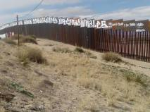2017-02-27-accion-en-muro-fronterizo-3