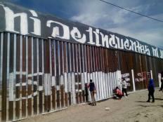 2017-02-27-accion-en-muro-fronterizo-7